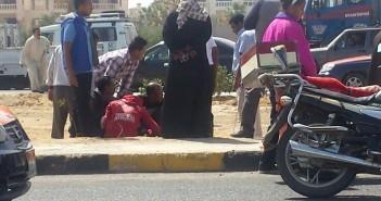 صور وفيديو.. إصابة 2 في انقلاب سيارة ملاكي على طريق الأحياء بالغردقة med-10