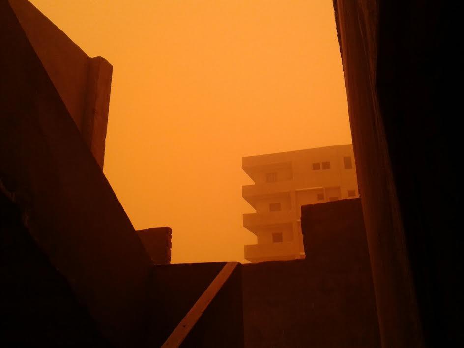 صور.. عاصفة ترابية تضرب «المنيا» وتحجب الرؤية عن الطرق