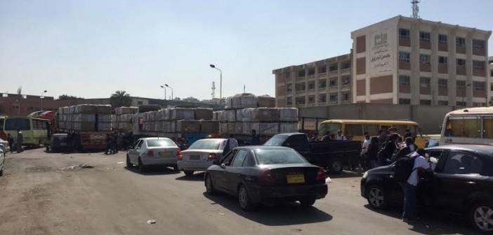 سكان بورسعيد يطالبون بمنع وقوف النقل الثقيل أمام منطقة المدارس (صور)