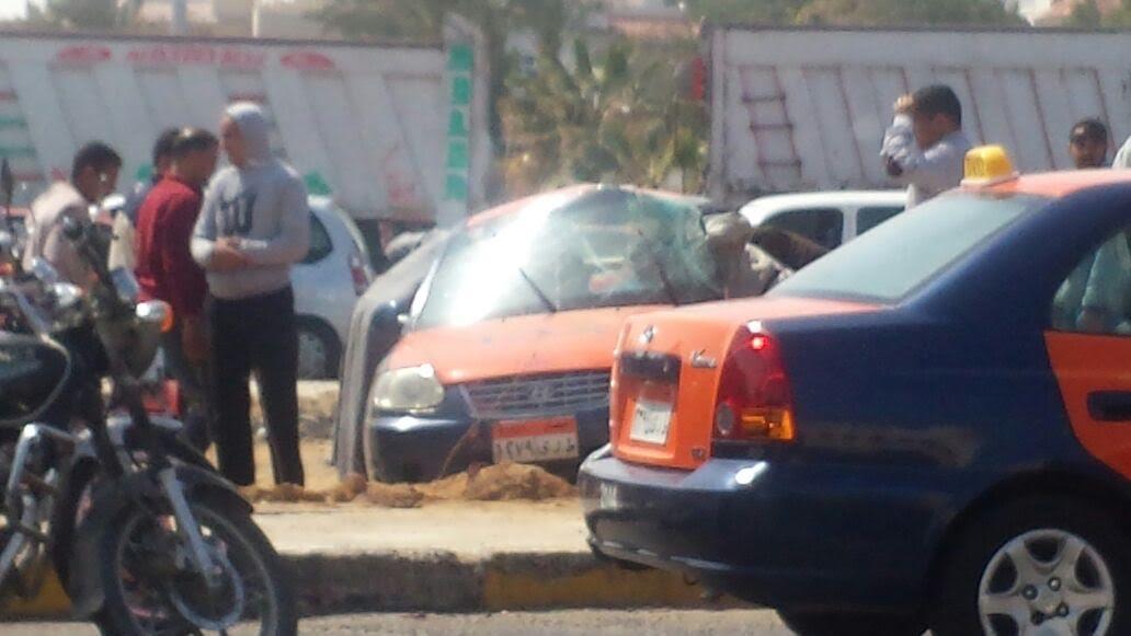 صور وفيديو.. إصابة 2 في انقلاب سيارة ملاكي على طريق الأحياء بالغردقة