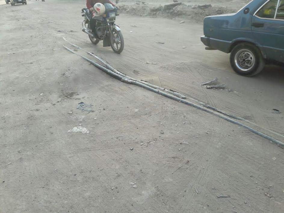 «على وش الأرض».. كابل كهرباء يهدد حياة المواطنين بطريق شبين القناطر ..(صور)