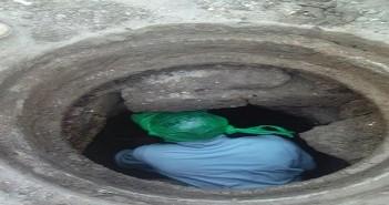 حملة لتنظيف بلاعات الصرف الصحي في مدينة نصر