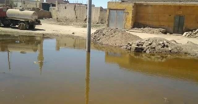 أسوان. .غرق شوارع «خور الزق» بإدفو.. واستياء أهلها لتجاهل شكواهم (صور)