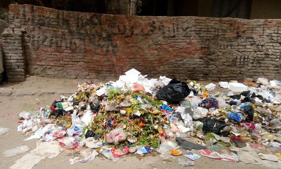 سكان «حنا النميري» يشكون انتشار القمامة بالشوارع (صور)