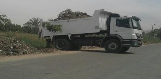 بالصور.. سيارة حكومية تفرغ مخلفات القمامة في ترعة بسوهاج