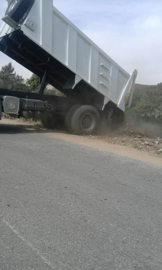 سوهاجl سيارة تلقى بالمخلفات في إحدى ترع بمركز «ساقلته»(صور)