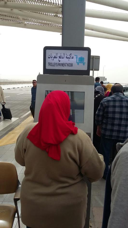 بالصور.. فوضى بمطار القاهرة بعد تطبيق خدمة الدفع المسبق لعربات الحقائب