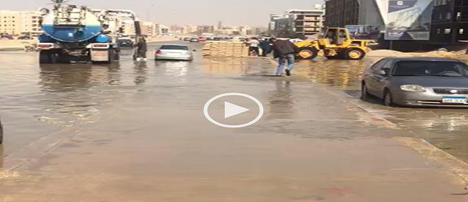 بالصور والفيديو.. طفح الصرف بالقاهرة الجديدة.. وسكان: نعيش في مرحاض كبير