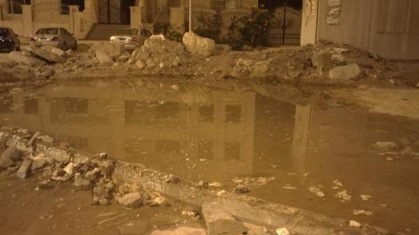 مجلس مدينة الشيخ زايد يتجاهل تسرب المياه قرب محول كهرباء (صور)