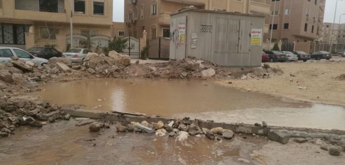 صور وفيديو.. انفجار ماسورة مياه قرب محول كهرباء يهدد حياة سكان بالشيخ زايد
