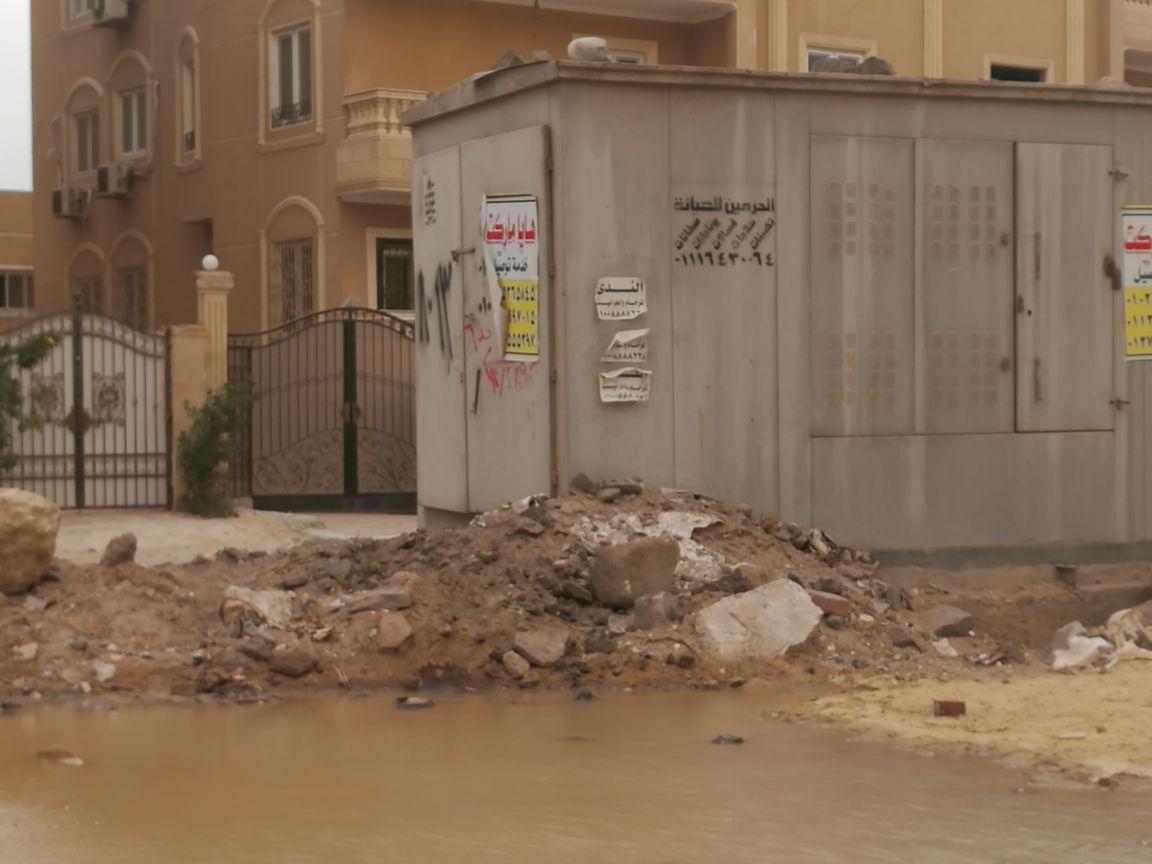 سكان الحي الثامن بالشيخ زايد يشكون تردي الطرق وتسرب المياه