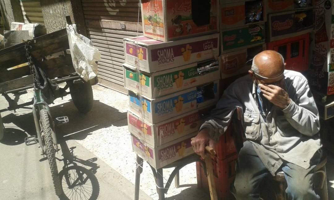 عم زكريا.. 85 عامًا من ترحال البحث عن «لقمة العيش» بجر عربة النفايات (صور)