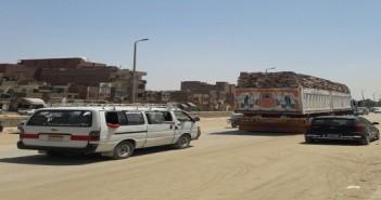 بالصور.. أهالي أسوان يطالبون بوقف سيارات نقل الحجارة في داخل المدينة