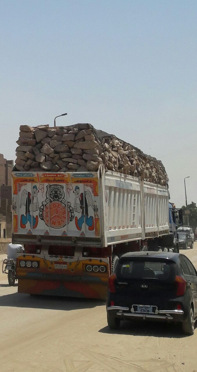 أهالي أسوان يطالبون بوقف سيارات نقل الحجارة في داخل المدينة