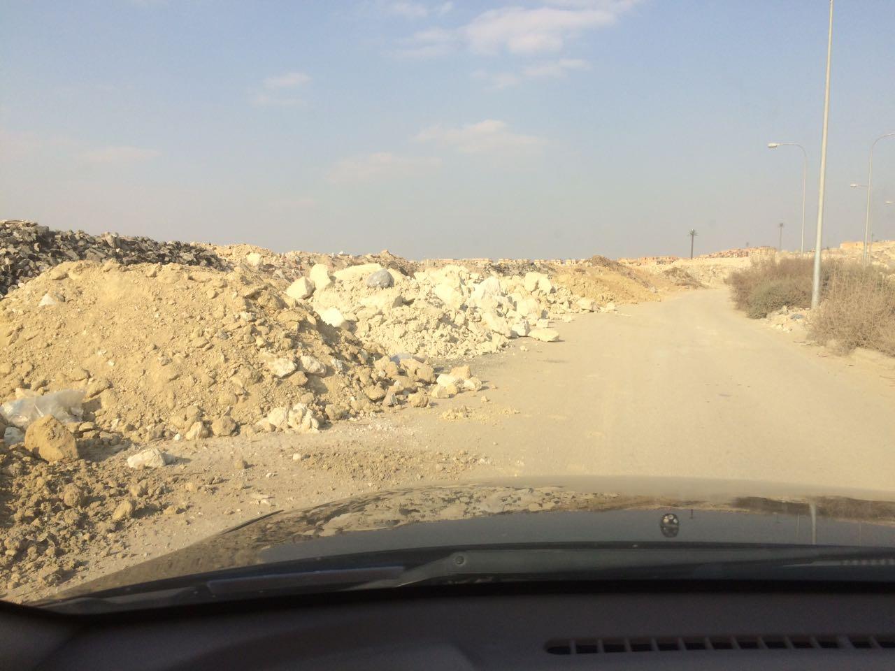 سكان منطقة التوسعات الشرقية بـ أكتوبر يطالبون برفع مخلفات الحفر والبناء (صور)