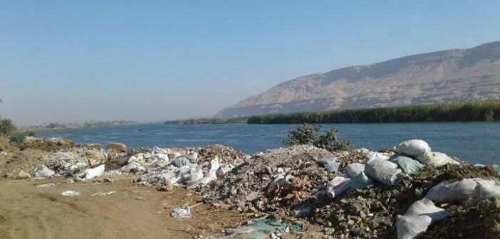 تجمعات للقمامة على جانبي نهر النيل بسوهاج (صور)