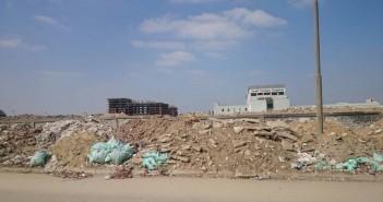 تجمعات للقمامة والمخلفات قرب مستشفى خاص بحي النزهة