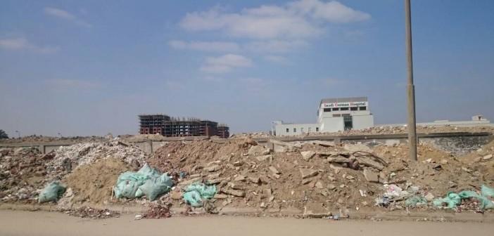 تجمعات للقمامة على الطريق إلى مطار القاهرة في نطاق حي النزهة (صور)