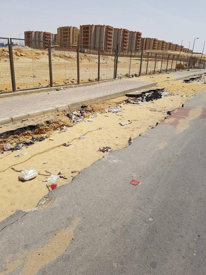 مطالب بتطوير الطرق بحي «الأسمرات» ورفع القمامة من عليه (صور)