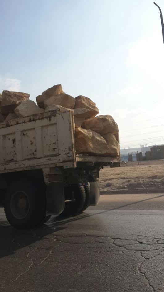 صور.. سيارة تنقل الطوب على طريق الأوتستراد..ومواطن: حياتنا في خطر