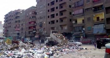 سيارة حكومية تجمع القمامة وتفرغها مرة أخرى في شارع رئيسي غرب شبرا الخيمة