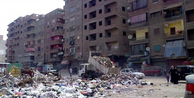 بالصورة.. سيارة حكومية تجمع القمامة.. وتفرغها في شارع رئيسي بشبرا الخيمة