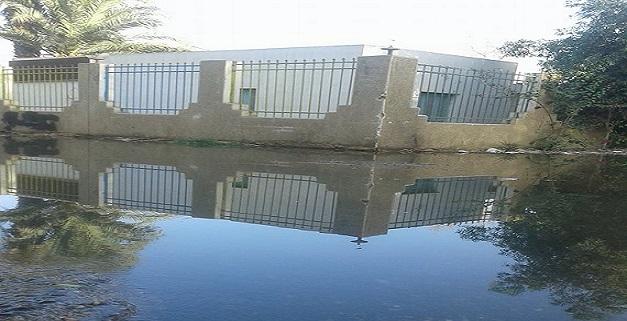 غرق الوحدة الصحية بقرية «العطواني» بأسوان في مياه الصرف (صور وفيديو)