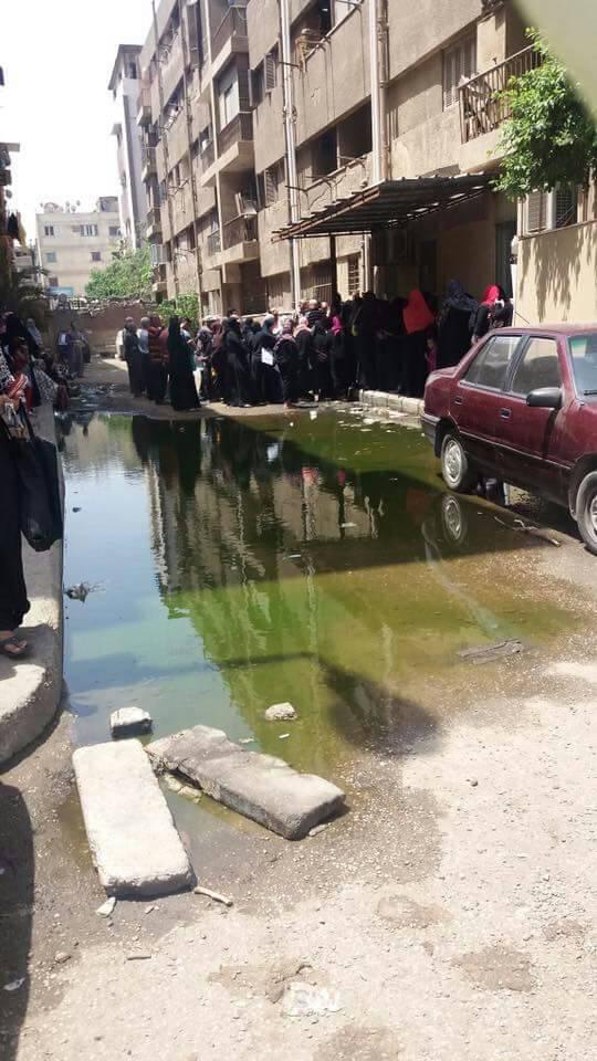 مواطنة ترصد مشاهد معاناة المواطنين أمام مكاتب البريد بحدائق القبة