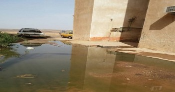 بالصور.. الصرف يحاصر عمارات في منطقة الصداقة بأسوان