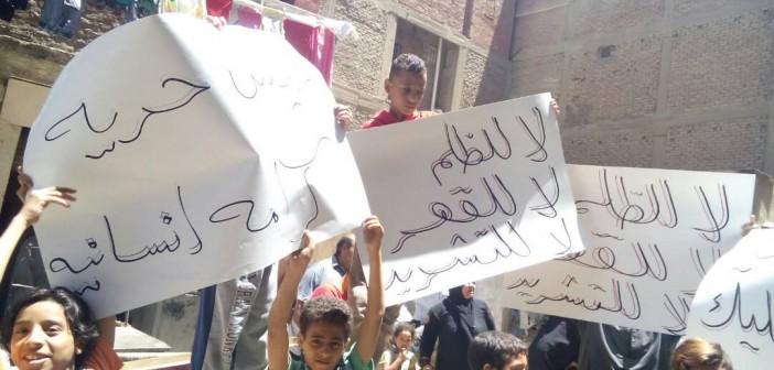 بالصور.. وقفة احتجاجية لأهالي «الرزاز» في منشأة ناصر ضد «التهجير القسري»