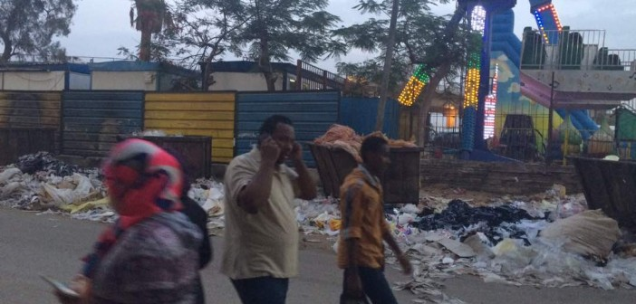 فيديو وصور.. تجمعات للقمامة بشارع رئيسي في تقسيم التجاريين بجسر السويس