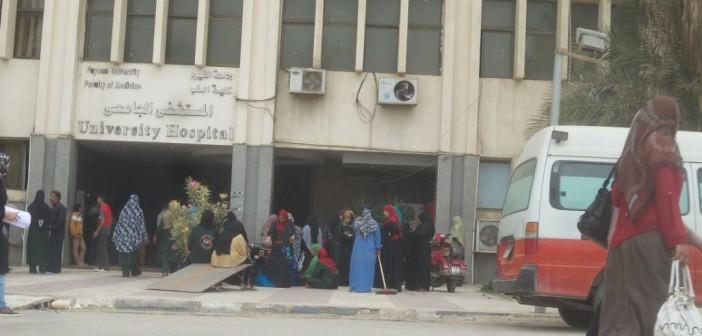 بالصور.. إضراب بمستشفى جامعة الفيوم لعدم صرف مستحقات العاملين عن مارس وإبريل