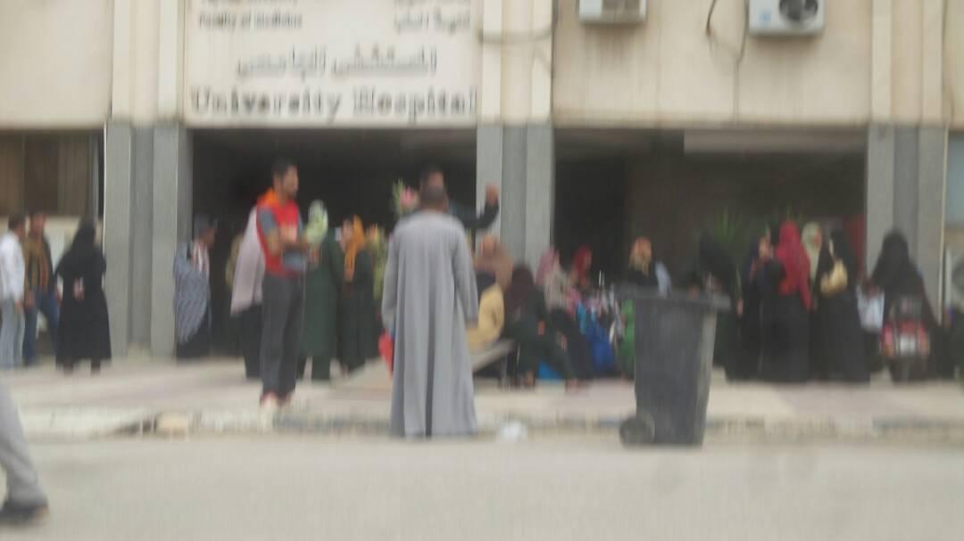 بالصور.. إضراب العاملين في مستشفى جامعة الفيوم لتأخر صرف مستحقاتهم عن مارس وإبريل