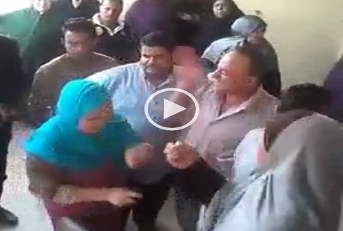 ▶️ بالفيديو.. مدير مدرسة بالدقهلية يعتدي بالضرب على إحدى أولياء الأمور