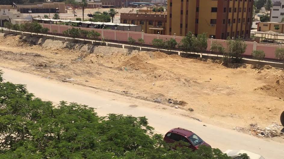 سكان «زهراء المعادي» يطالبون برصف الطريق الرئيسي وإعادة تشجيرة(صورة)