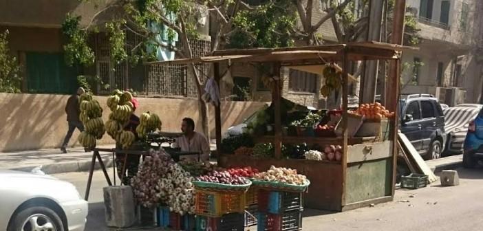سكان حي النزهة يطالبون برفع الإشغالات من الشوارع (صور)