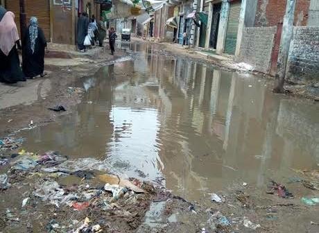 صور.. غرق شوارع في «المنشأة الكبرى» بكفر الشيخ في مياه الصرف الصحي