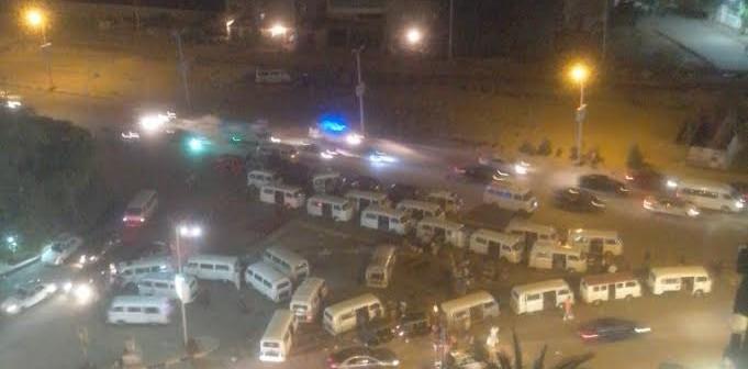 سكان«فيصل» يشكون تحول الشارع الرئيسي لجراج سيارات(صورة)