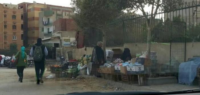 سكان في «العبور» يطالبون برفع الإشغالات من الشوارع (صور)