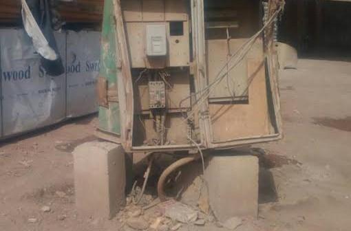 كابينة كهرباء مكشوفة تهدد حياة أهالي «ميت حلفا» للخطر (صور)