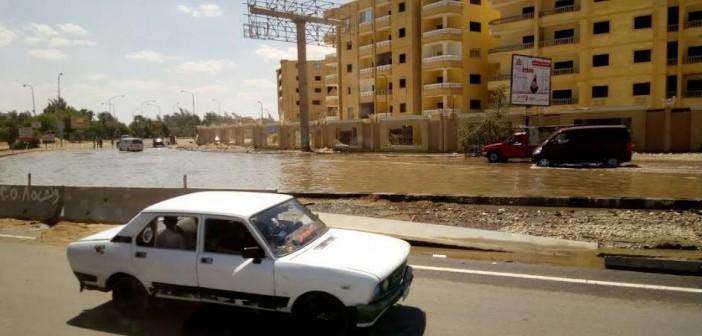 صور وفيديو.. انفجار خط مياه يتسبب في توقف الحركة بطريق الواحات