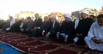 محافظ جنوب سيناء يصلي العيد مع أهالي «الطور».. ويوزع العيدية (صور وفيديو)