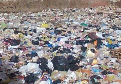 سكان شارع بحي شرق المنصورة يشكون من القمامة والصرف الصحي