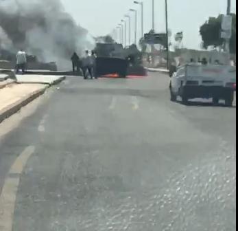 فيديو.. اشتعال سيارة أمام مدخل مدينة الشروق