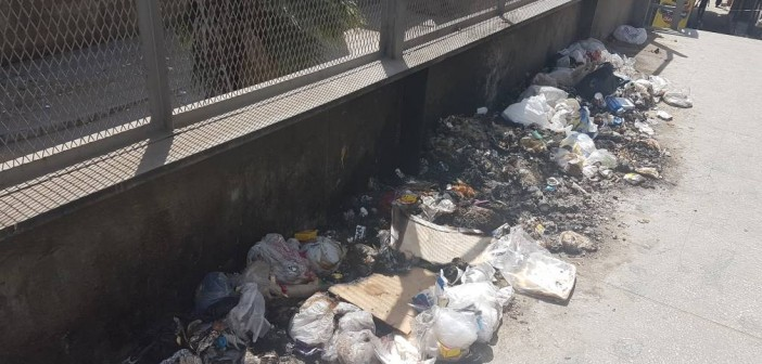 تراكم القمامة على كوبري مشاة مستشفى الدمرداش.. وحرقها (صورة)