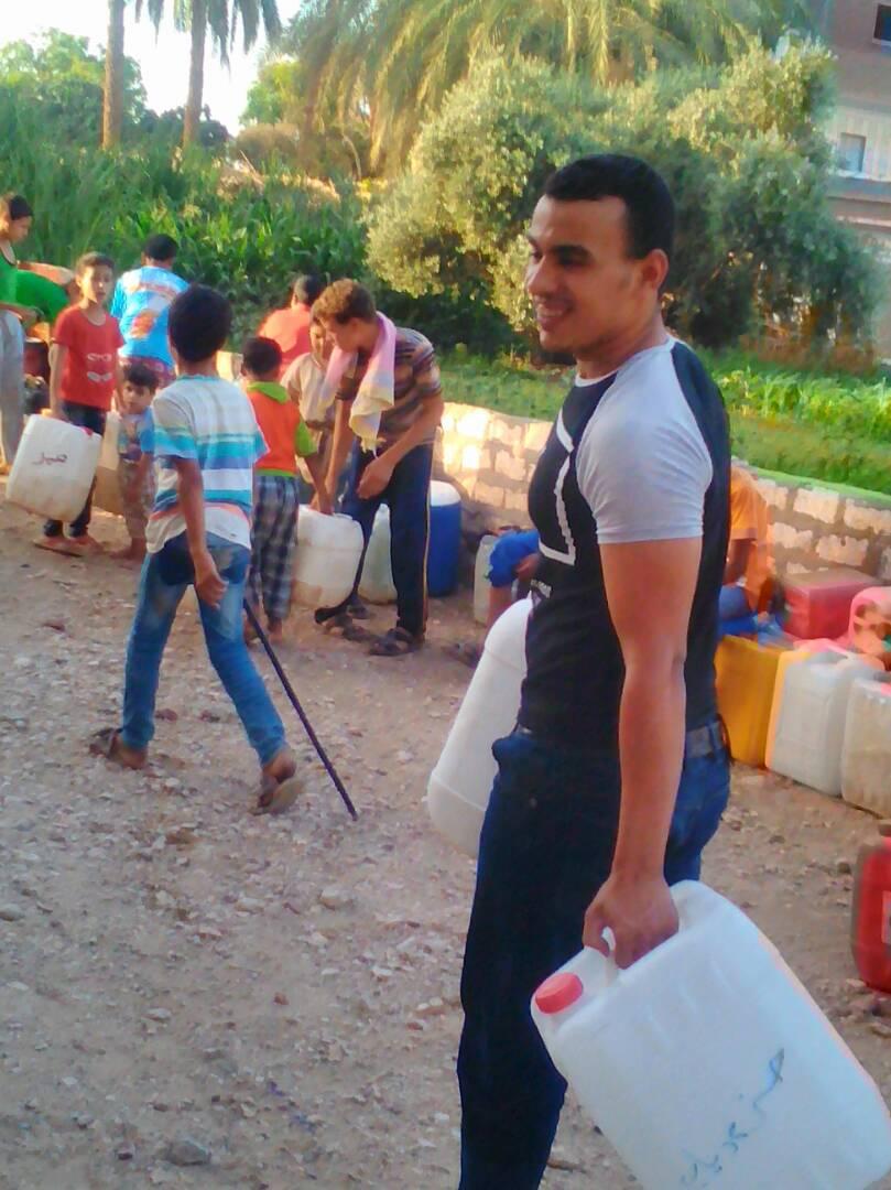 انقطاع المياه عن «المشايعة قبلي» بأسيوط.. والأهالي يبحثون عنها بالأواني والجراكن (صور)