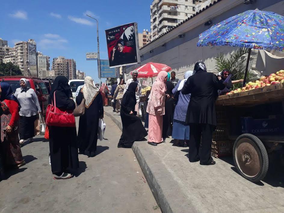بالصور.. الباعة الجائلون يحتلون أرصفة مزلقان فيكتوريا بالإسكندرية