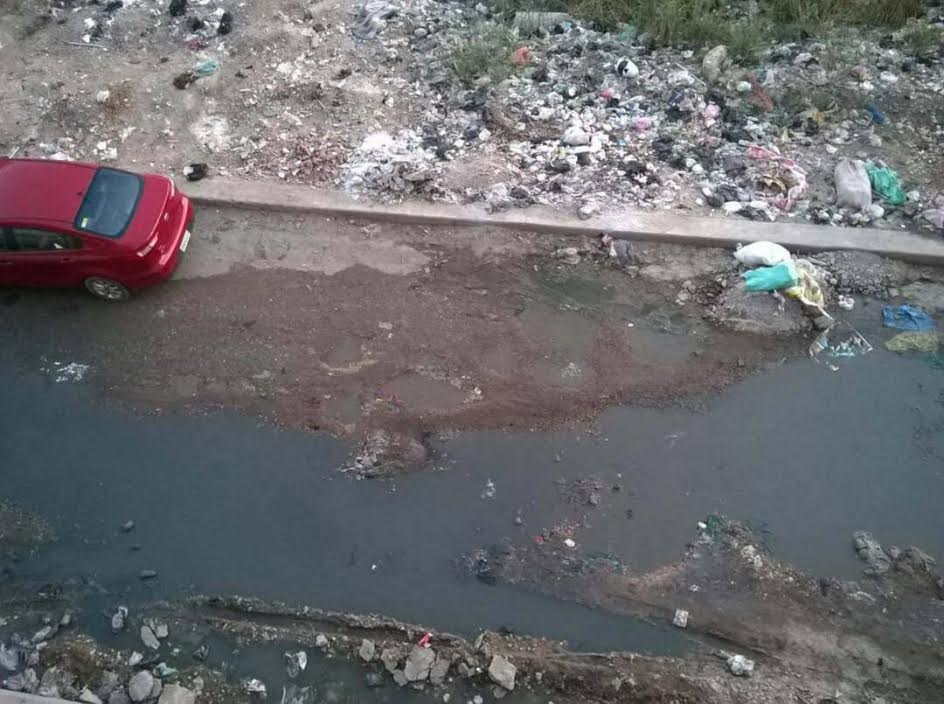 مواطنون بـ«دمنهور» يشكون اختلاط مياه الشرب بالصرف الصحي..(صور)
