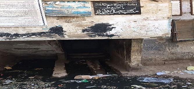 بالصور.. الصرف الصحي يحاصر سجل مدني منفلوط بأسيوط