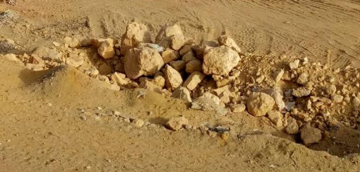 صور.. سكان الاسكان الاجتماعي بمدينة «بدر» يشكون انتشار الصخور بين العمارات